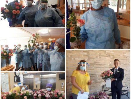 Collage d'infirmières recevant des roses.